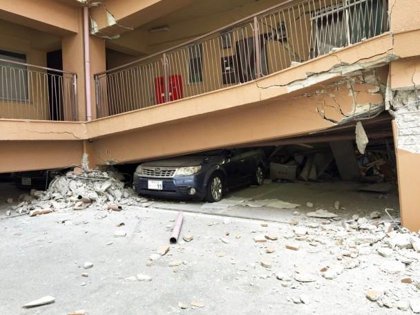1階部分がつぶれたマンション