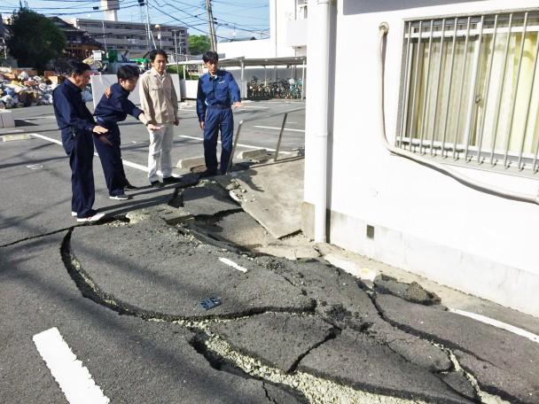 建物周囲の地盤に生じた亀裂や陥没