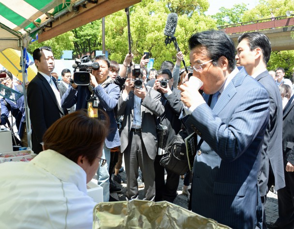 民進党ブース前で岡田代表