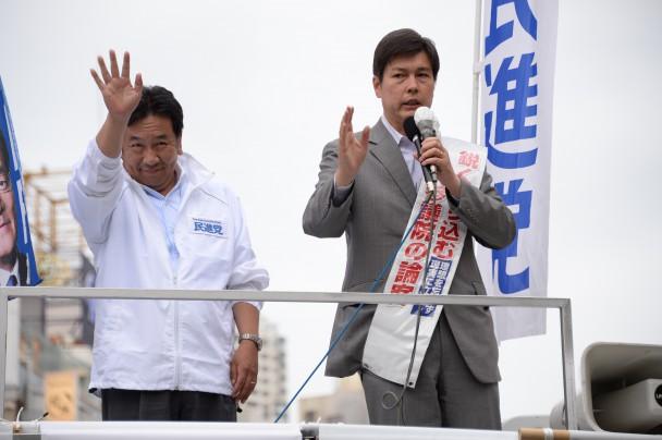 大勢の歓声にこたえる枝野幹事長