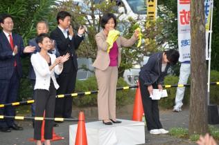 街頭演説で訴える新井ふみ子総支部長