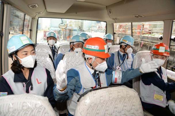 凍土式遮水壁の配管について説明を受ける視察団