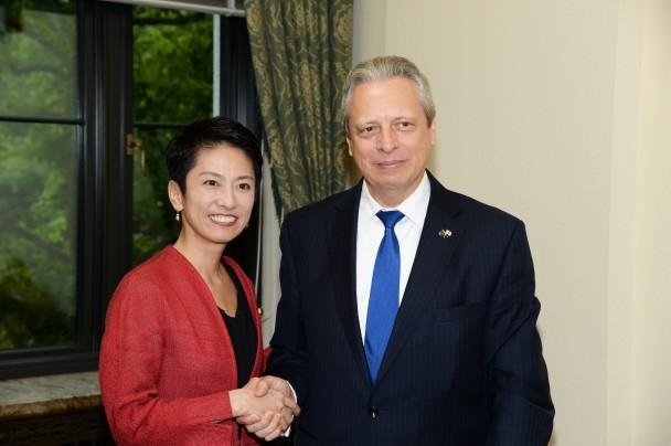 イスティチョアイア=ブドゥラ駐日欧州連合大使と握手する蓮舫代表