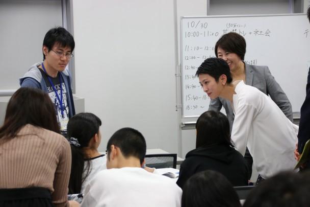 授業を視察し参加者に声をかける蓮舫代表