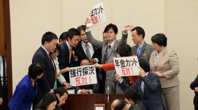 年金カット法案強行採決、「本当に憤っている」蓮舫代表 - 民進党