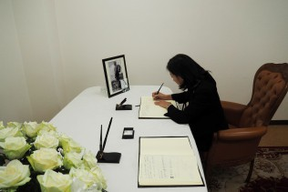 International Department Director-General Makiyama signs the book of condolences.