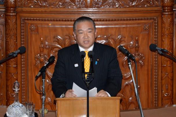 会期延長の反対討論に立つ本村賢太郎議員