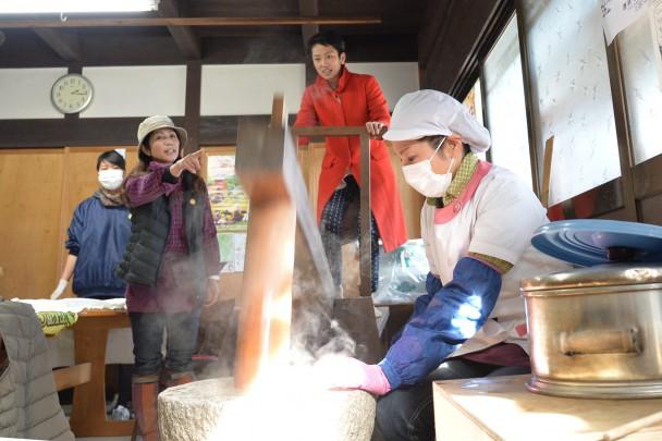 足踏み式の「台唐(だいがら)」餅つきを初体験