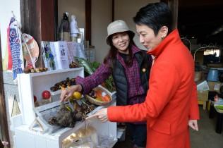 旬な野菜に工夫を凝らした加工品が並ぶ販売スペース