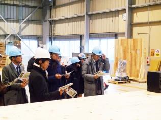 銘建工業のCLT工場内を視察
