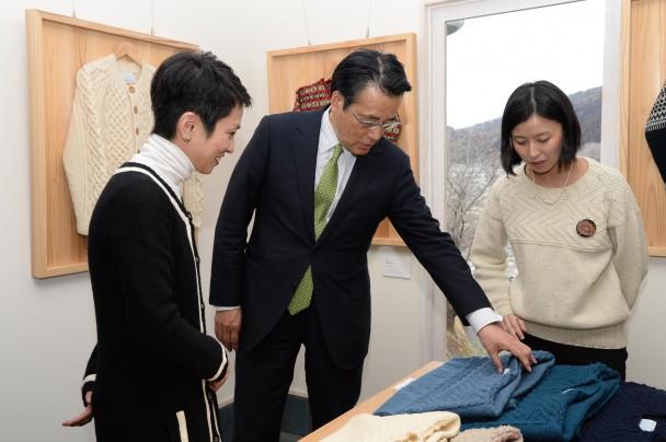 岡田本部長が「春の海」色のせーたを購入