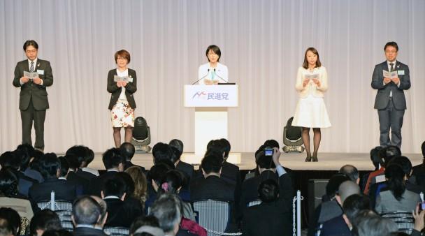 綱領の斉唱をリードする平山佐知子参議院議員と青年局の4人の自治体議員