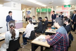 学生らとともに授業に参加する蓮舫代表