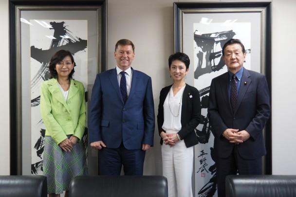左から牧山ひろえ国際局長、マデン大使、蓮舫代表、藤田幸久ネクスト外務大臣