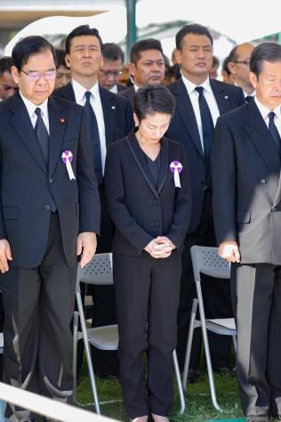 黙とうを捧げる蓮舫代表(写真は広島市提供)