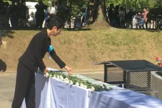 動員学徒原爆死没者追悼式典献花する蓮舫代表