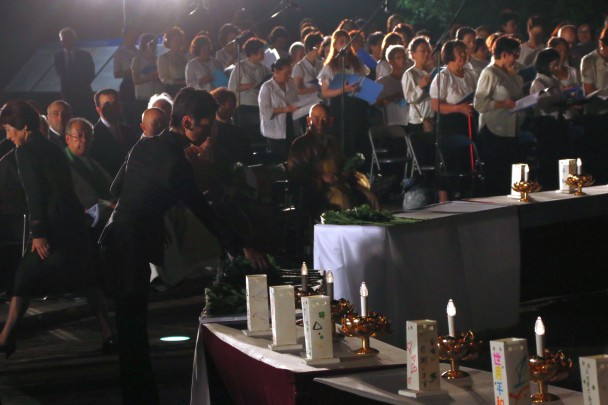 原爆殉難者慰霊祭で献花をする蓮舫代表