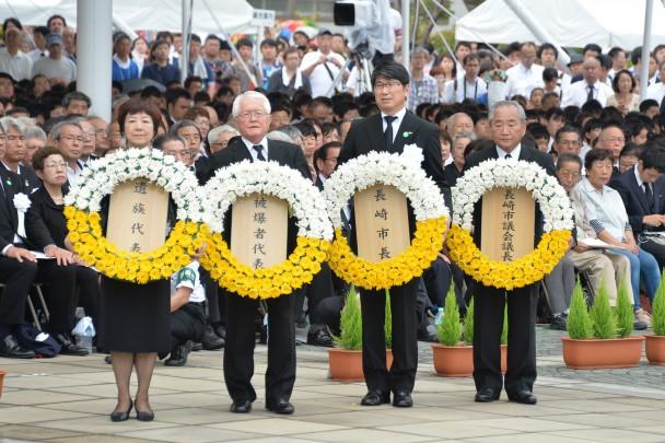 献花をする長崎市長、長崎市議会議長、遺族代表、被爆者代表